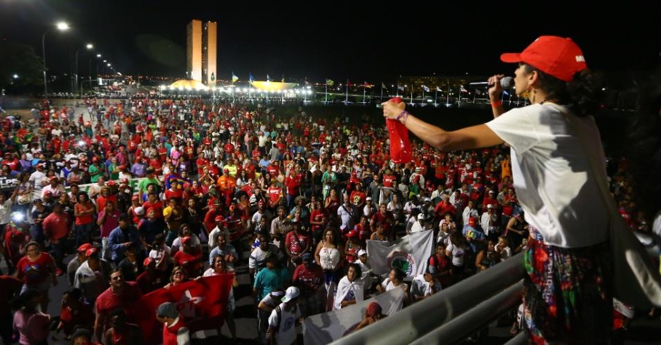 16.abr.2016 - Integrantes de movimentos sociais e centrais sindicais contrários ao impeachment da presidente Dilma Rousseff fazem passeata em frente ao Congresso Nacional, em Brasília
