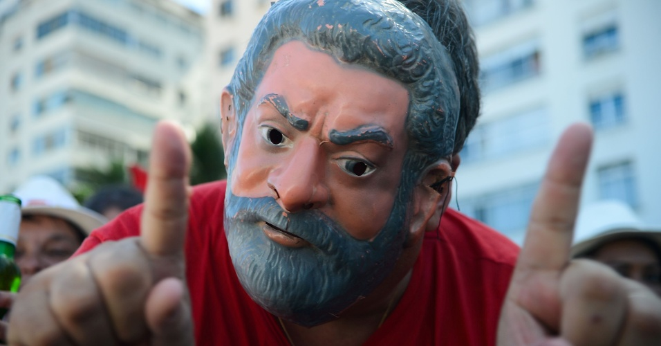 17.abr.2016 - Manifestante do Rio de Janeiro (RJ), contrário ao impeachment da presidente Dilma Rousseff (PT), usa máscara em homenagem ao ex-presidente Luiz Inácio Lula da Silva
