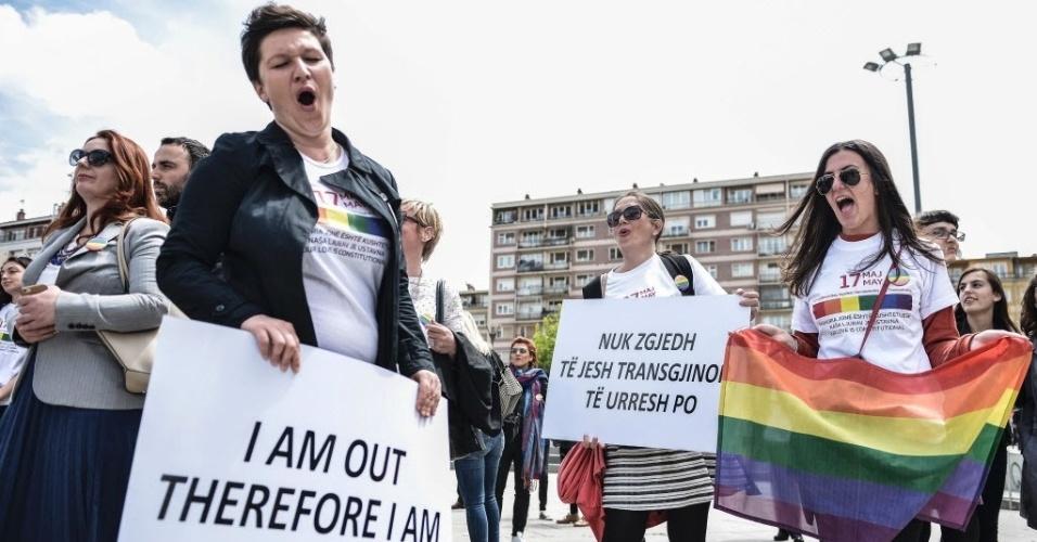 """17.mai.2016 - Ativistas da comunidade LGBT (lésbicas, gays, bissexuais e transsexuais) desfilam pela praça principal em Pristina, no Kosovo. O evento é a primeira Parada do Orgulho Gay, do país, organizada em segredo para evitar incidentes. Os participantes exibiram cartazes com frases como """"Saí do armário, logo existo"""""""