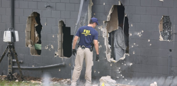 12.jun.2016 - Agentes do FBI inspecionam a parede traseira danificada da boate Pulse