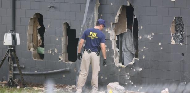 12.jun.2016 - Agentes do FBI inspecionam a parede traseira danificada da boate Pulse - Joe Raedle/Getty Images/AFP