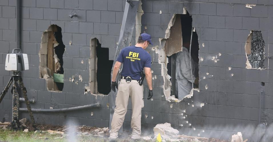 12.jun.2016 - Agentes do FBI inspecionam a parede traseira danificada da boate gay Pulse, onde Omar Mateen, 29, abriu fogo matando 50 pessoas e ferindo 53, em Orlando, na Florida (EUA)