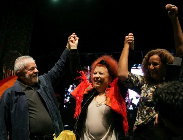 Lula no palco com a cantora Beth Carvalho (centro) no lançamento da pré-candidatura a prefeita da deputada federal Jandira Feghali (dir.), no Rio de Janeiro
