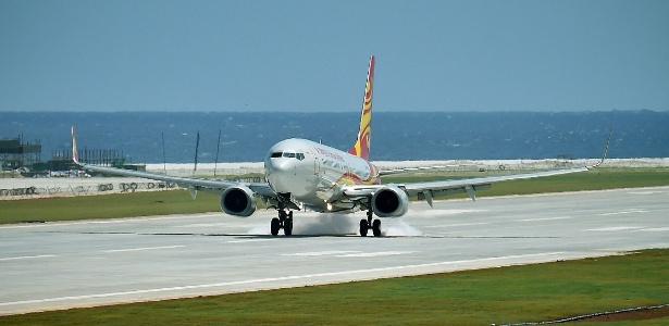Avião da Hainan Airlines aterrissa no aeroporto sobre o recife de Zhubi, no Mar da China Meridional