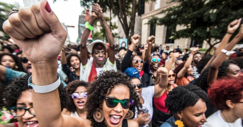 7.ago.2016 - Mulheres gritam palavras de ordem durante a segunda edição da Marcha do Orgulho Crespo, que teve concentração no vão livre do Masp, na avenida Paulista, região central de São Paulo