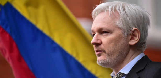 Julian Assange, fundador do WikiLeaks, fala com a imprensa do balcão do prédio da Embaixada do Equador em Londres