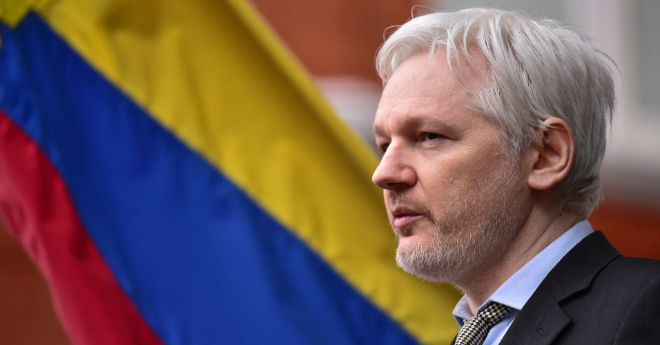 2.mai.2016 - Julian Assange, fundador do WikiLeaks, fala com a imprensa do balcão do prédio da Embaixada do Equador em Londres