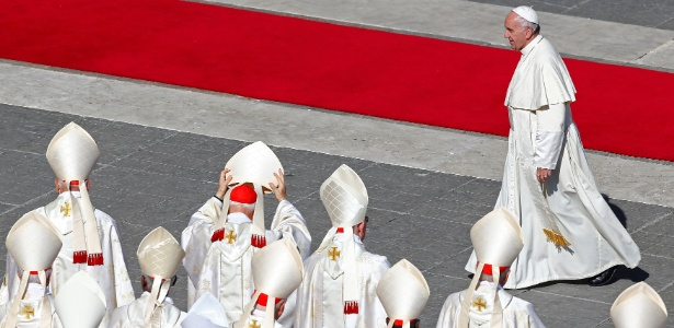 O papa Francisco caminha pela praça de São Pedro, no Vaticano, após canonizar sete novos santos