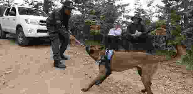 Ramírez brinca com seu cachorro Bones  - BBC - BBC