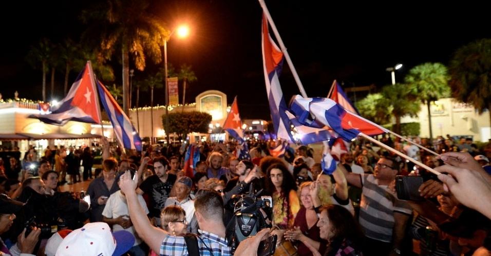 26.nov.2016 - Cubanos e descendentes que moram nos Estados Unidos celebram, nas ruas de Miami, a morte do ex-presidente de Cuba Fidel Castro, morto aos 90 anos