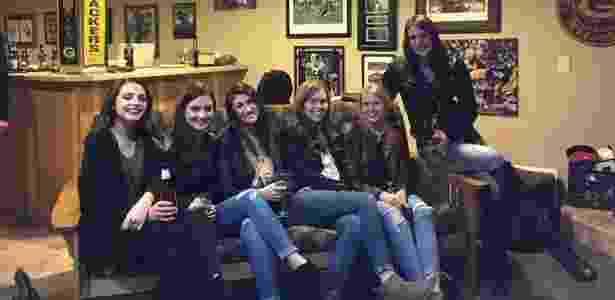 São seis garotas, mas cinco pares de pernas... Tem algo estranho aí - Reprodução/ reddit