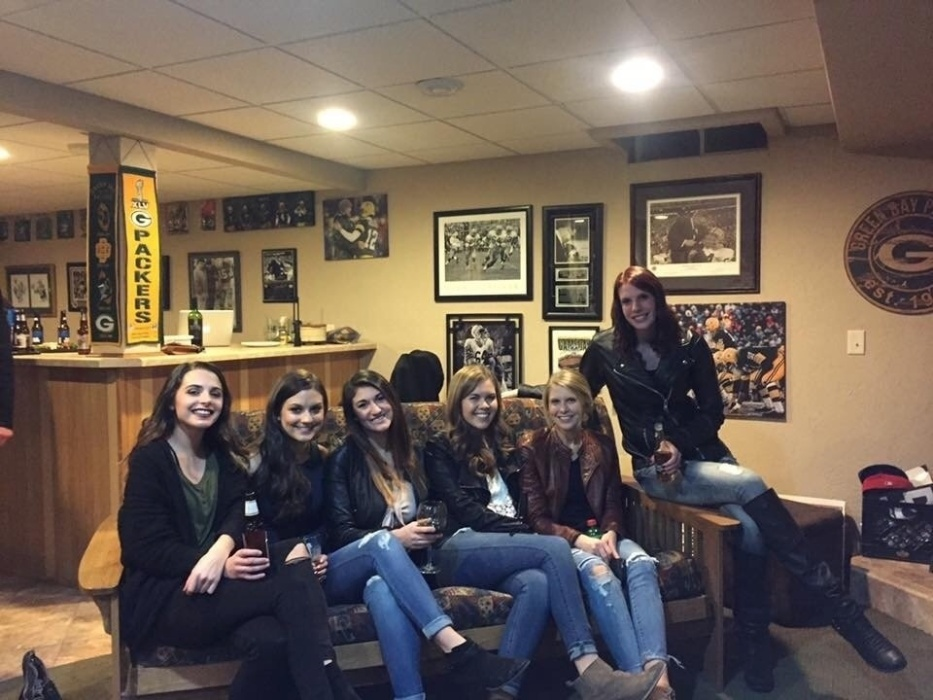 28.dez.2016 - Foto com seis garotas e apenas cinco pares de pernas vira enigma entre internautas do mundo