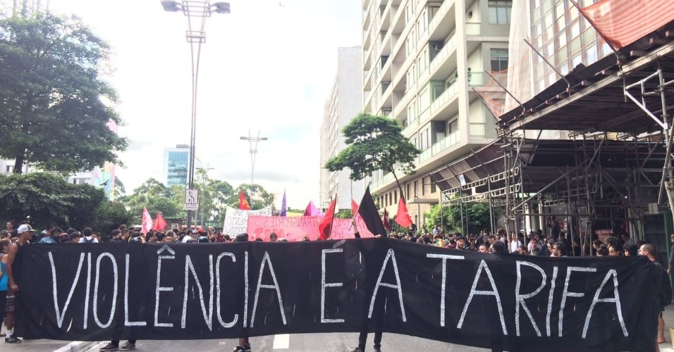 Manifestantes se reuniram nesta quinta-feira (12) na avenida Paulista, em São Paulo, para protestar contra um eventual aumento das tarifas de transporte na cidade e no estado