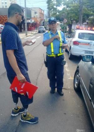 Régis é multado em Canoas por estacionar em vaga de deficiente e não ter identificação no carro