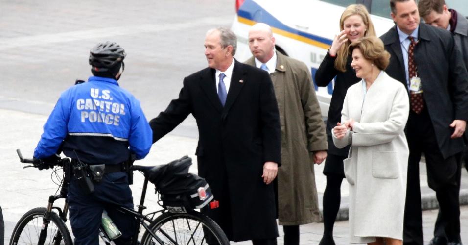 20.jan.2017 - O ex-presidente George W. Bush e a ex-primeira-dama Laura Bush chegam ao Capitólio, em Washington, para a cerimônia de posse de Donald Trump, nesta sexta-feira (20)