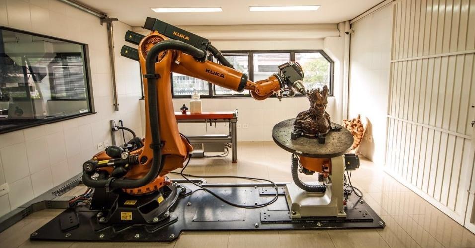 Hermes Santos é sócio da indústria de autopeças Modefer e usa impressora 3D para fazer esculturas e máscaras