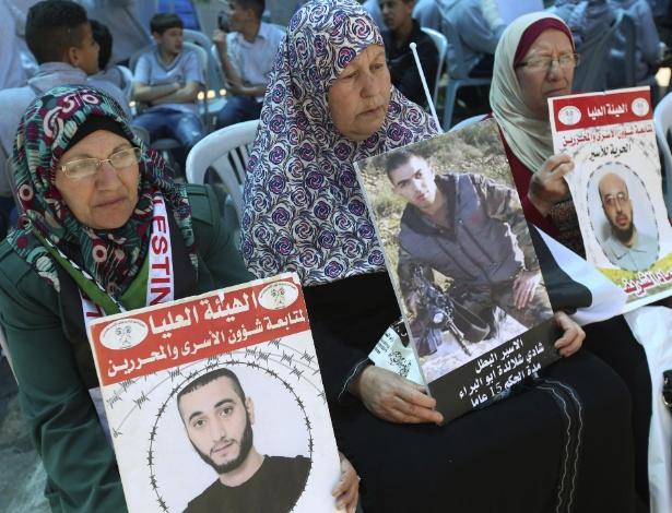 18.abr.2017 - Mulheres palestinas pedem liberação de seus filhos presos em Israel durante protesto na cidade Ramallah, na Cisjordânia