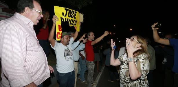Grupos pró e contra o ex-ministro José Dirceu batem boca em frente ao prédio do petista