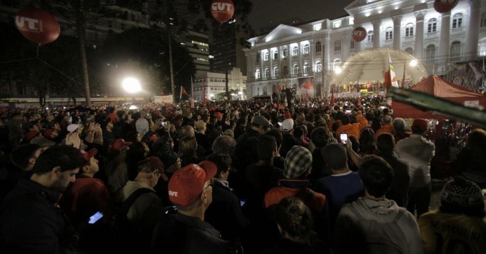 10.mai.2017 - Manifestantes e centrais sindicais acompanham o discurso do ex-presidente Lula, em Curitiba, após depoimento ao juiz Sérgio Moro,