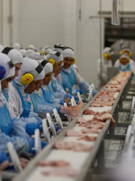 Linha de produção do frigorífico - Pedro Ladeira/Folhapress