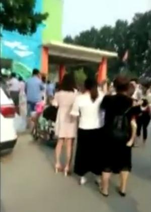 Aglomeração de pessoas em frente ao jardim de infância após a explosão