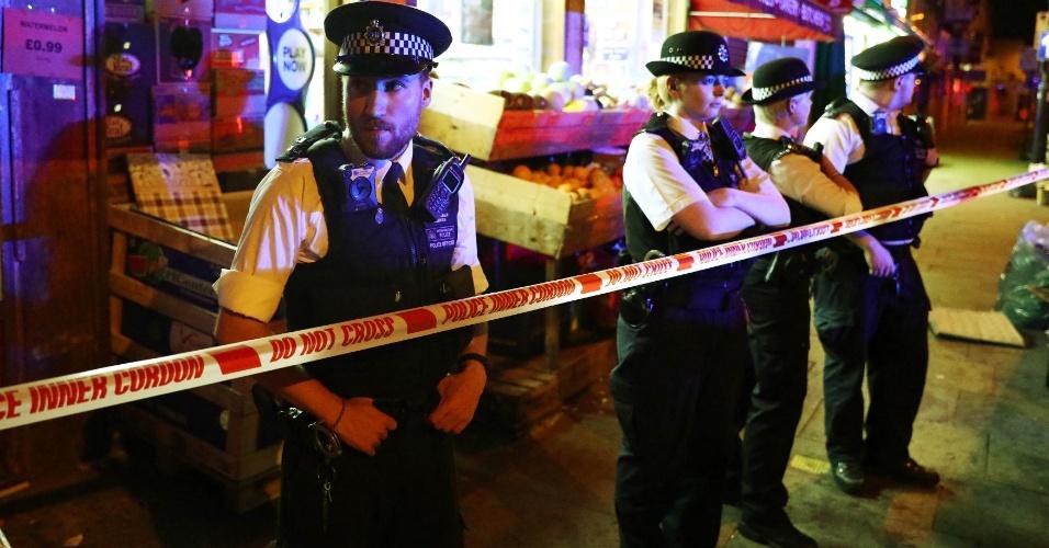 18.jun.2017 - Policiais fazem cordão de isolamento no local onde um veículo atropelou vários pedestres em Finsbury Park, no norte de Londres, logo após a saída de um culto de uma mesquita. Neste mês, se comemora o Ramadã entre os muçulmanos, com jejuns e rezas