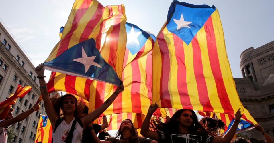 Manifestantes exibem a bandeira separatista da Catalunha durante greve em Barcelona