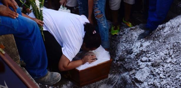 Enterro de adolescente de 15 anos morto com um tiro em tentativa de assalto no Rio