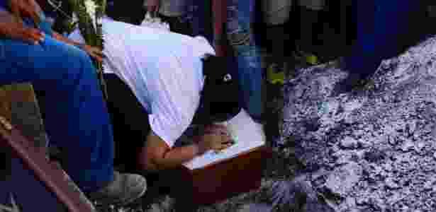 Enterro de adolescente de 15 anos morto com um tiro em tentativa de assalto no Rio - Rommel Pinto/Futura Press/Folhapress