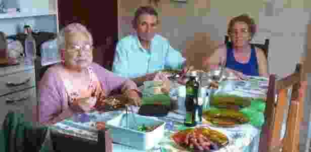 Pai de Odete Cassiano (dir.) toma remédios para controlar surtos psicóticos que passou a ter após o incidente - Camilla Veras Mota/BBC Brasil - Camilla Veras Mota/BBC Brasil