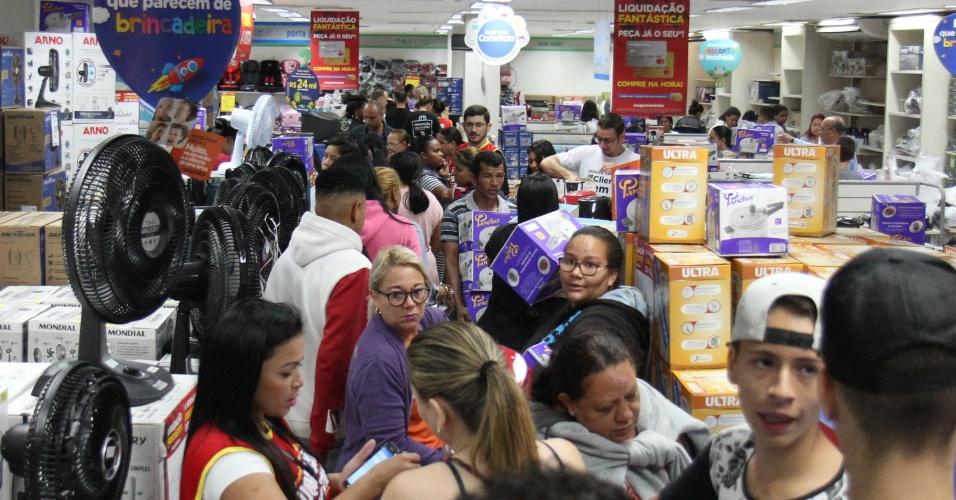 5.jan.2018 - Movimento em loja do Magazine Luiza em Campinas (SP) nesta sexta-feira (5), quando a rede realiza sua promoção anual