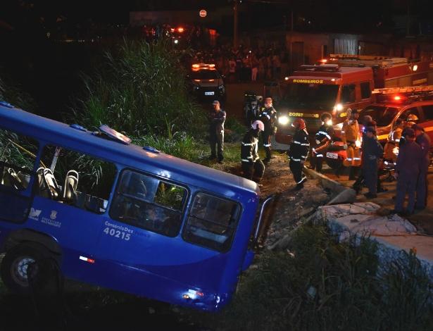 Ônibus caiu em um córrego no Bairro Mangueiras, na capital mineira