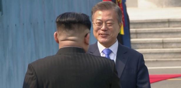 Moon Jae-In recebe Kim Jong-Un com sorrisos na primeira visita do norte-coreano à Coreia do Sul - Reprodução/Reuters
