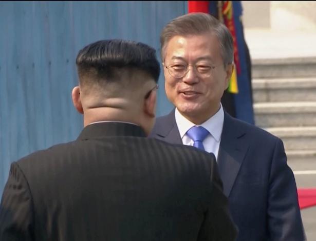 Kim Jong-Un e Moon Jae-in se cumprimentam na fronteira entre os dois países