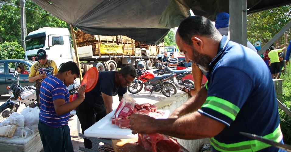 Em Manaus (AM), caminhoneiros fazem churrasco de almoço durante greve. Eles não permitem que caminhões entrem ou saiam das distribuidoras