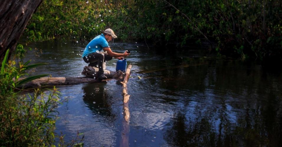 Ailton Soares Lima usa a água do rio do Centro para consumo de sua família, mas evita na época de chuvas pela contaminação pelos venenos das lavouras de soja