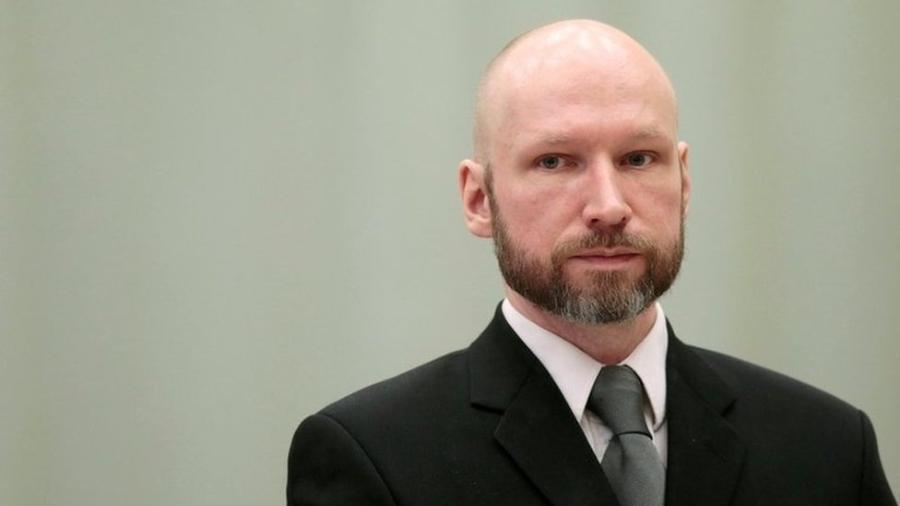 O extremista Anders Bering Breivik matou 77 pessoas e foi formalmente acusado de terrorismo - Reuters