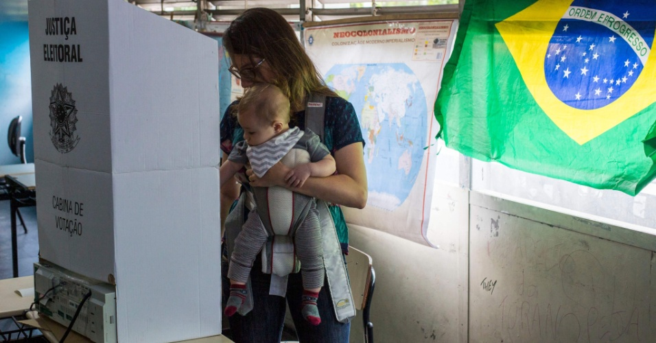 28.out.2018 - Mulher com bebê vota no Rio de Janeiro