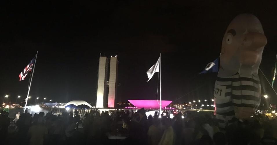 28.out.2018 Apoiadores de Bolsonaro celebram resultado das eleições em frente ao Congresso Nacional, em Brasília