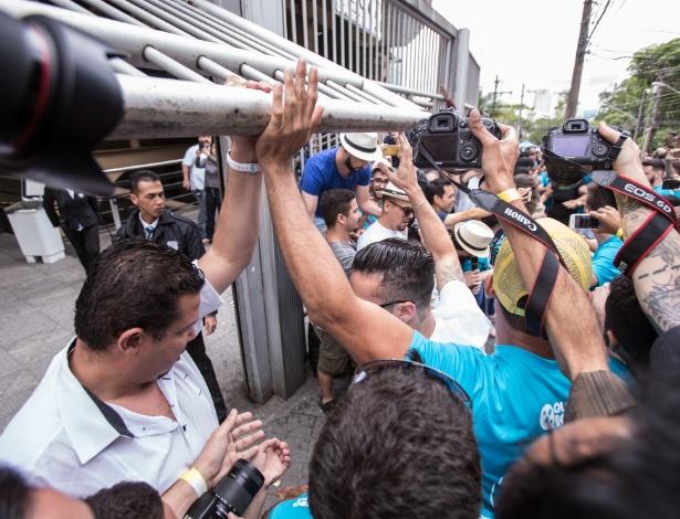 Estudantes correm para conseguir entrar antes do fechamento dos portões da Uninove Barra Funda, na zona oeste da capital paulista, para a realização do primeiro dia de provas do Enem - Andre Lucas/Estadão Conteúdo
