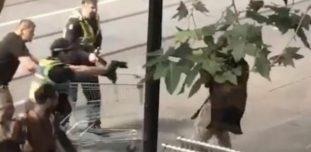 Com um carrinho de supermercado, Michael Rogers ajudou a polícia a interromper ataque em Melbourne