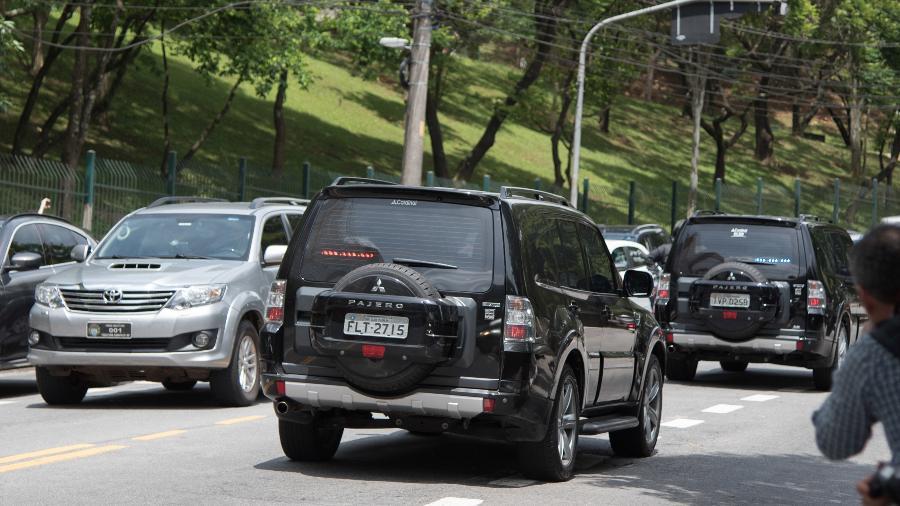Carro da Polícia Federal com Bolsonaro deixa o hospital em direção ao aeroporto - Caio Rocha/Estadão Conteúdo