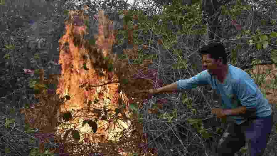 Voluntário auxilia frente criada contra queimadas na Bolívia - AFP