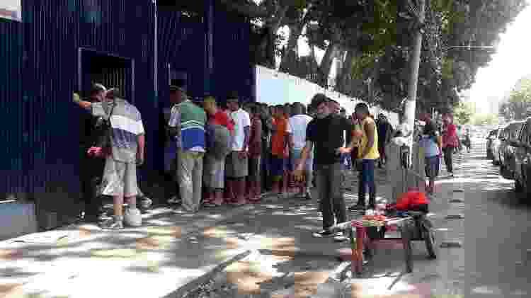 Moradores de rua aguaram em uma fila por almoço no albergue Boracéia, na Barra Funda - Wanderley Preite Sobrinho/UOL - Wanderley Preite Sobrinho/UOL