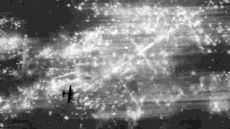 Aviões da força aérea britânica lançavam bombas explosivas e incendiárias em cidades alemãs - Getty Images
