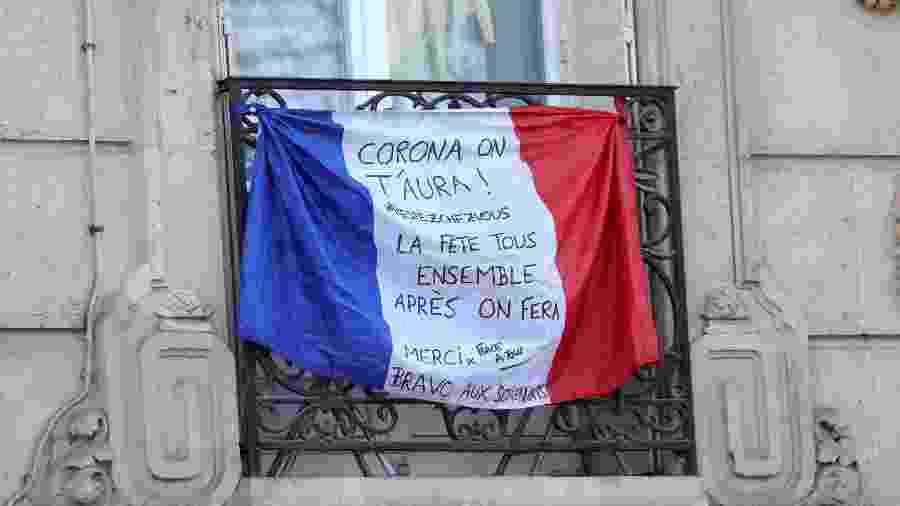 Bandeira da França em sacada de Paris durante quarentena de coronavírus - Pierre Suu/Getty Images