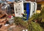 Caminhão carregado de leite capota e atinge duas casas em Minas Gerais - Divulgação / Corpo de Bombeiros de Minas Gerais