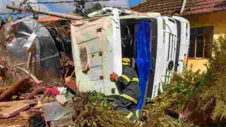Acidente aconteceu perto do município de Ibertioga; somente motorista sofreu ferimentos leves - Divulgação / Corpo de Bombeiros de Minas Gerais