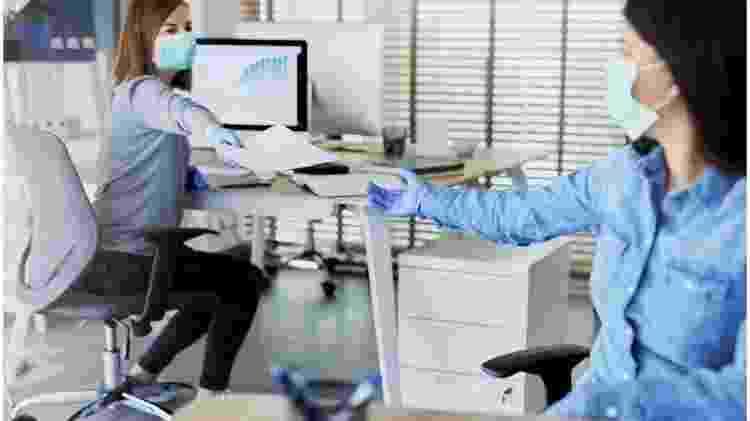 Uso de máscara é recomendado a todo momento dentro do escritório - Getty Images via BBC - Getty Images via BBC