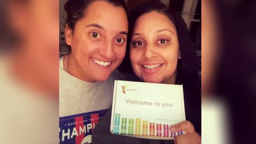 Cassandra Madison e Julia Tinetti descobriram que são irmãs ao trabalharem no mesmo restaurante - Reprodução/Eyewitness News ABC7NY/Youtube